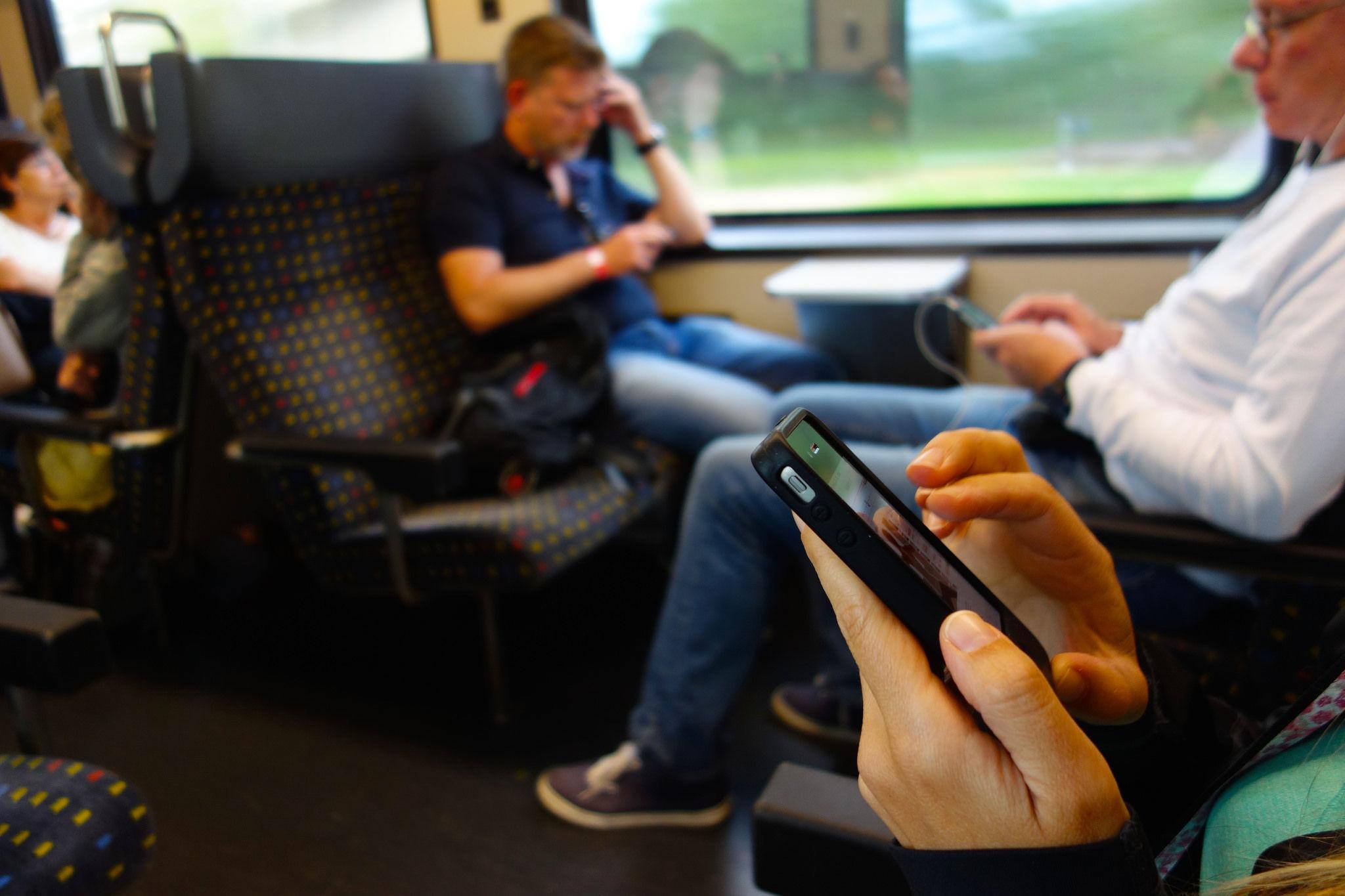 Using Mobile Apps – The One Thumb, One Eyeball Test for Good Mobile Design
